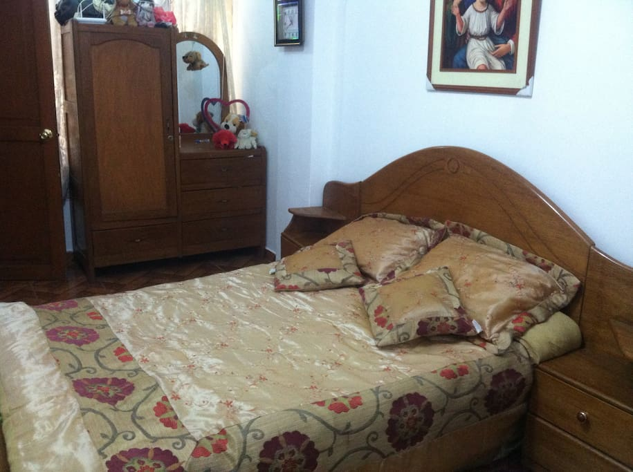 Habitación con cama matrimonial y tiene se puede añadir una cama simple