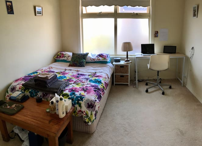 Large, Bright Room Near CBD! - Ascot Vale - House