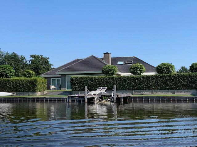 Unieke locatie! Luxe villa aan open water