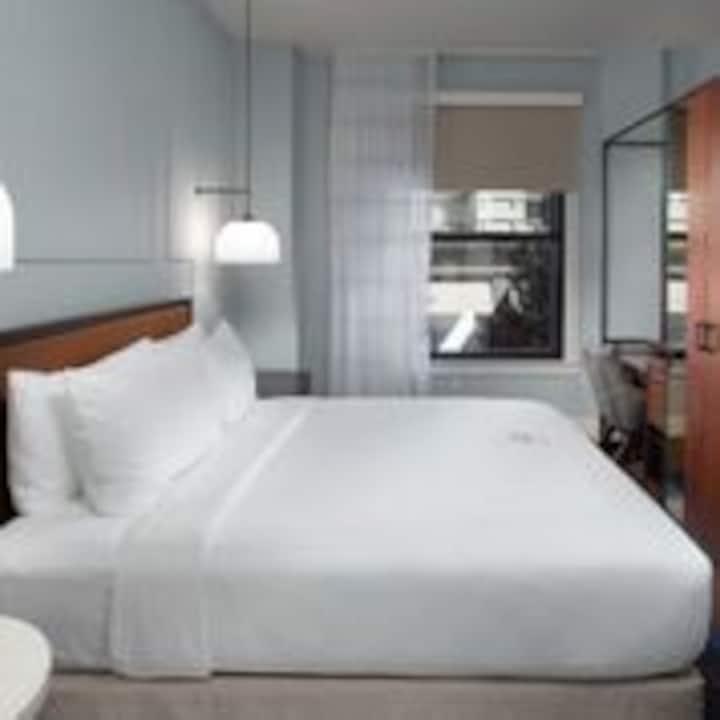 Axiom Hotel, Mono King