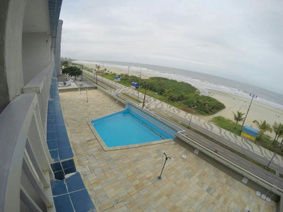 Piscina adulta vista da sacada - frente para o mar.