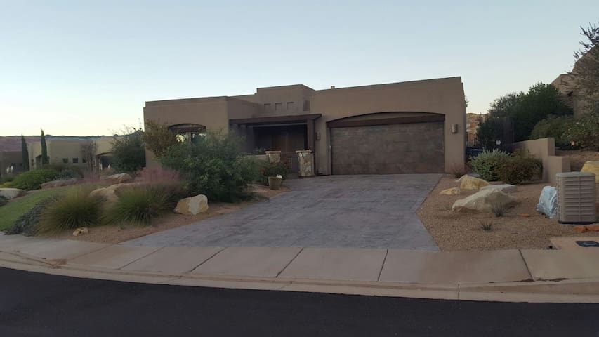 Beautiful St. George Home w/ Private Pool and Spa - St. George - Hus