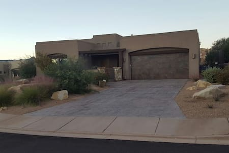 Beautiful St. George Home w/ Private Pool and Spa - St. George - Casa