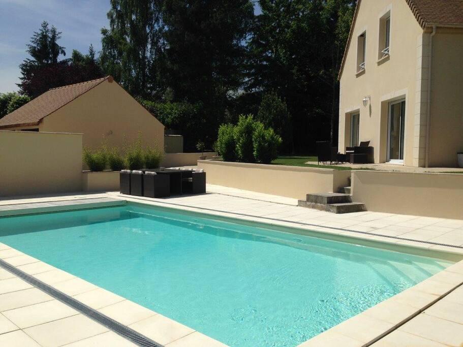 Piscine chauffée à 30°. Dimensions de la piscine 10 x 4,5 m.