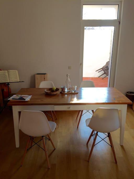 Wohnzimmer mit großem Ess-/Arbeitstisch