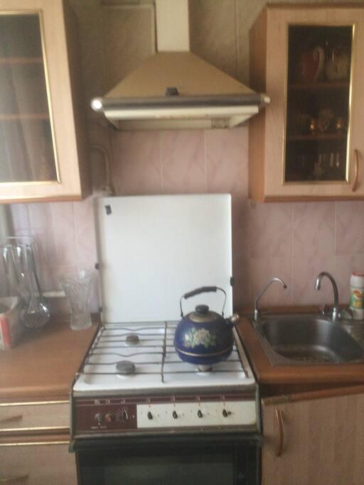 Плита и раковина с  горячей и холодной водой