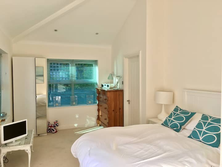 Large ensuite room 200m from beach