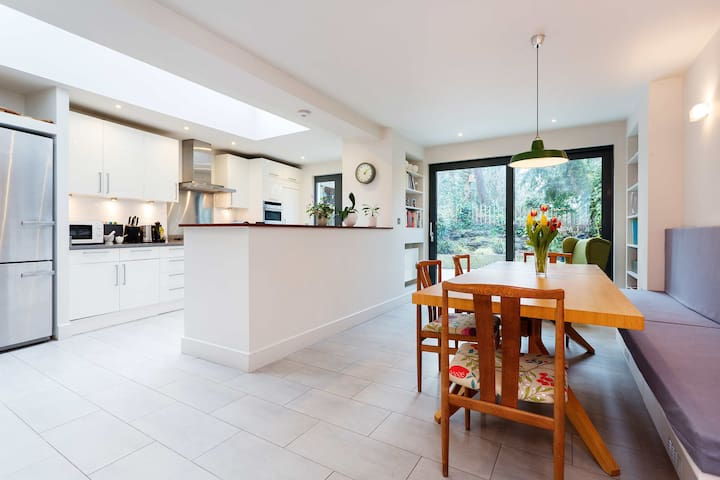 Heart of Crouch End, Big family 4 bed home - London - House