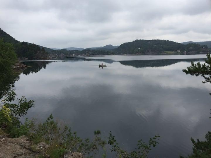 Hytte ved sjøen med egen brygge i Søgne