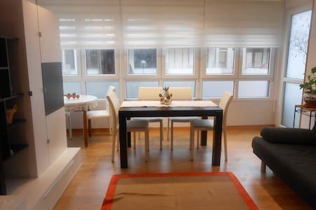 Amplio y renovado apartamento a 200m. de la playa - Loredo - Leilighet