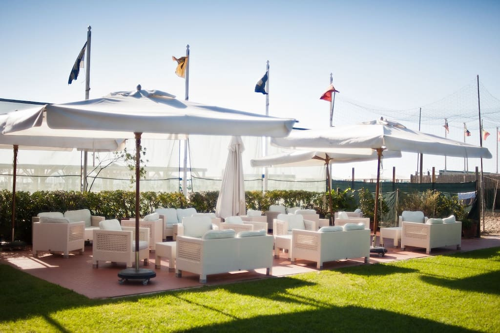 the shared garden at Bagno Pinocchio beach club