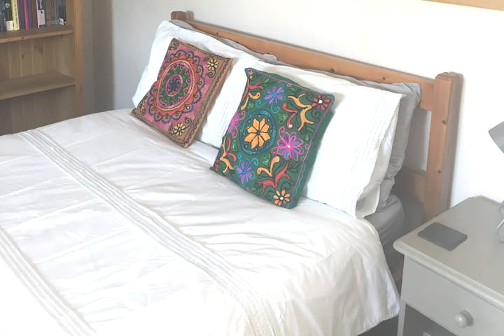 Central Totnes: Double room with  private bathroom