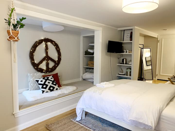 Minimalist Guest Suite w/ Private Entrance & Bath