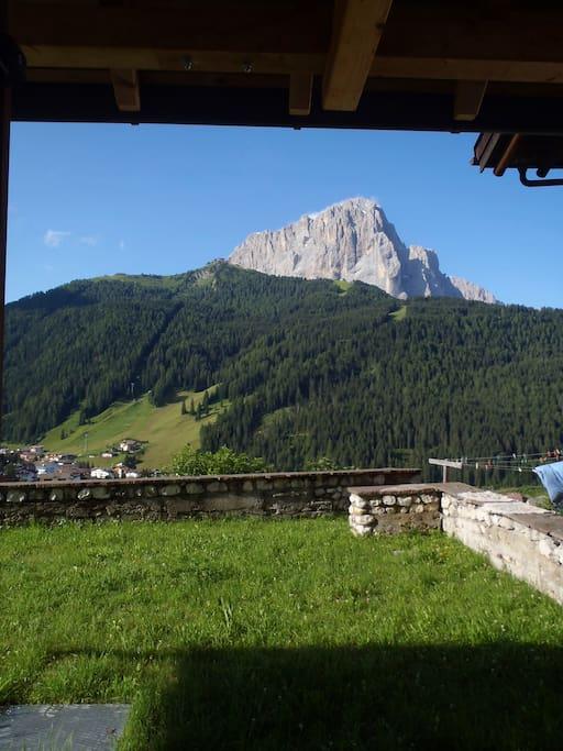 questa è la vista dalla porta di casa... ecco a voi, il Sassolungo!