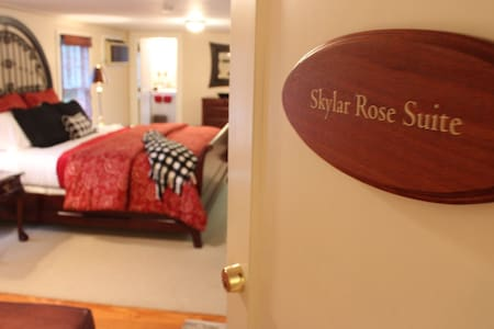 Welcome to the Skylar Rose Suite!