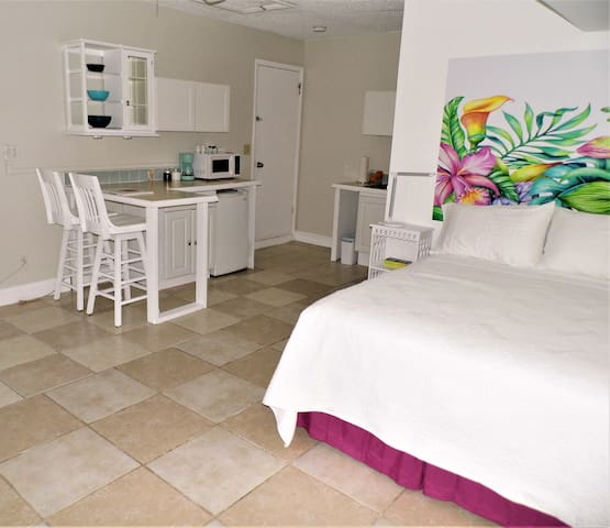 Hibiscus Hideaway-central to beaches & downtown