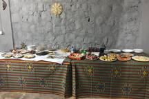 Buffet com pratos tradicionais e frutas da época.