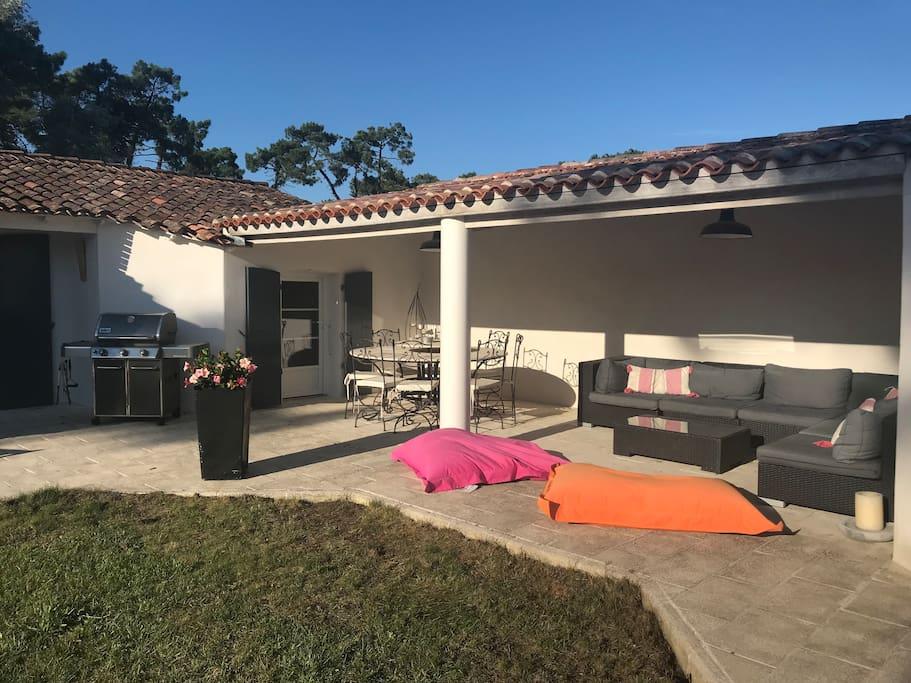 Table et salon de jardin sous auvent