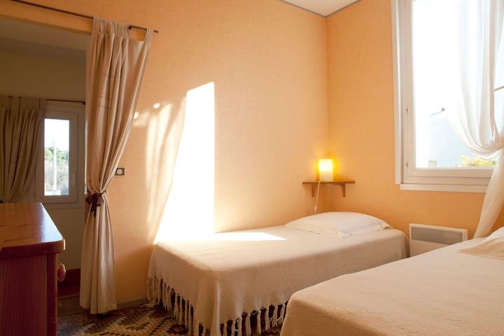 une chambre ou il fait bon se reposer sous la lumière du soleil