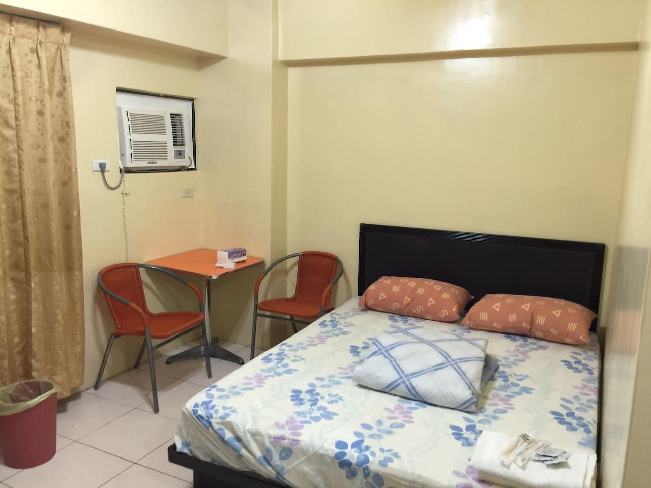 全新冷氣,雙人椅咖啡桌,標準双人床