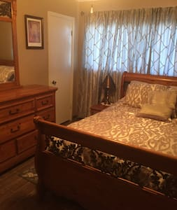 Queen Bed  - Close to I-10 - Smart Lock