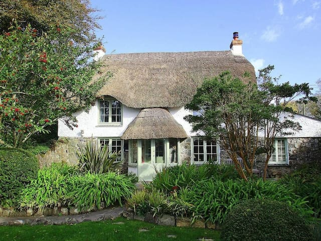 THATCH COTTAGE, pet friendly, with open fire in Coverack, Ref 959742