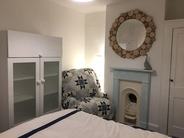 Costal cosy private light and airy room