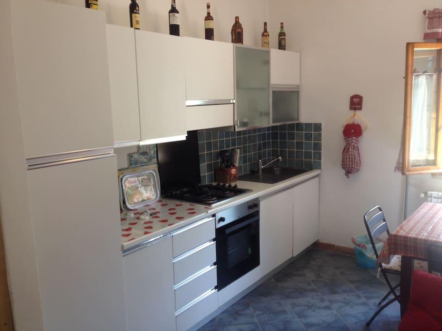 Cucina con forno ventilato e lavastoviglie