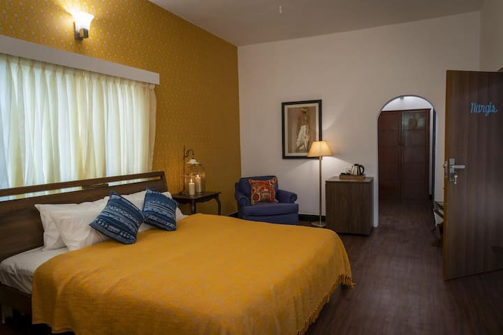Nargis: A beautiful room with a tranquil balcony in Nungambakkam