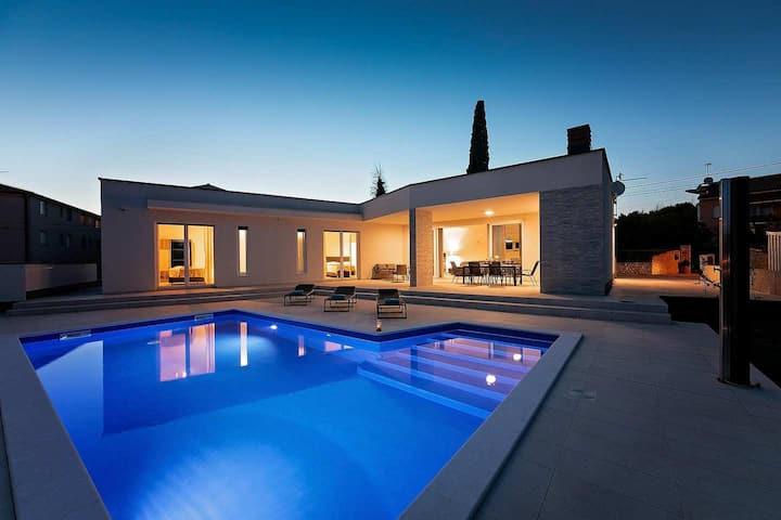Modern one storey Villa Aura with pool near Pula