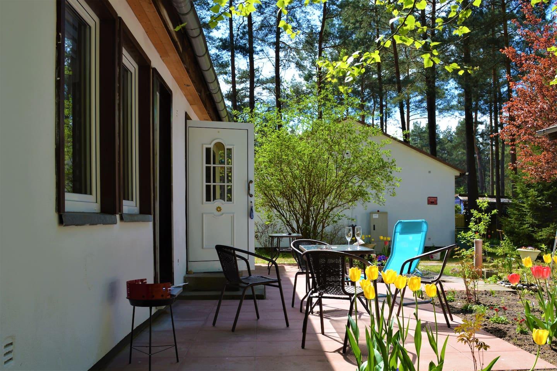 Terrasse mit eignen Gartenmöbeln und Grill