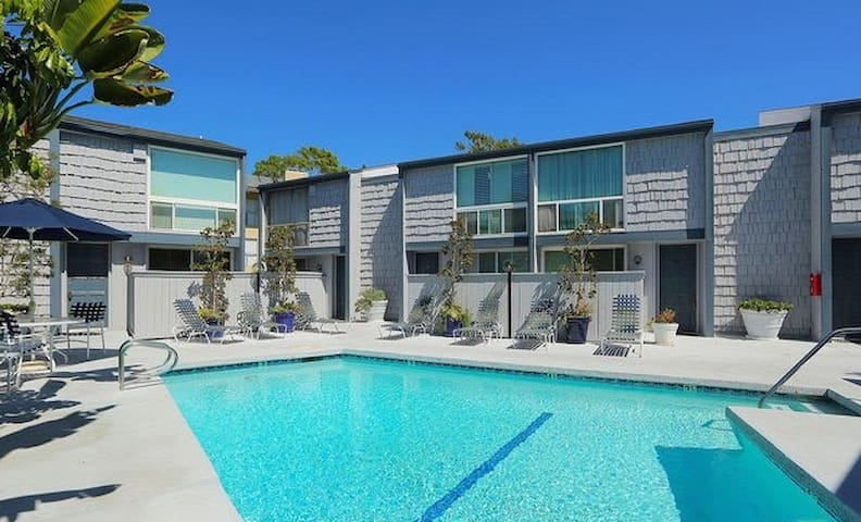 Bright Condo w/pool! 6 month long term stay