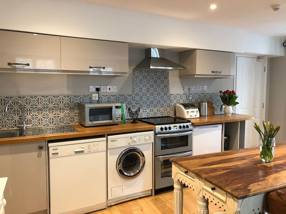 Fully equipped kitchen with iroko work surfaces, a freestanding island unit and plenty of space – everything you need for the perfect stay!