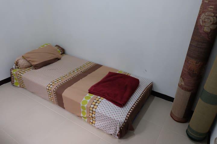 Kasur spring bed tipe single size cocok bagi Anda yang ingin staycation di Bandung dekat Lembang, dan disediakan karpet tambahan yang nyaman