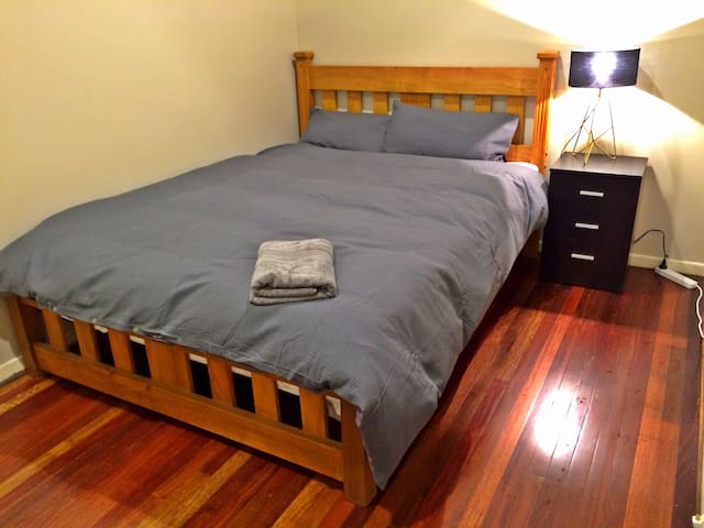 Cosy bedroom in Ashgrove, 5km to the city
