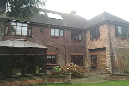 Stunning house in gated community - Luton
