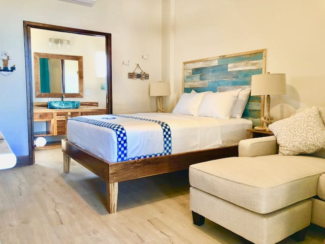 Luxury Beachfront Studio - Wahoo Room