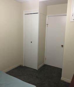 Bedroom in downtown house - Prince Albert - 独立屋