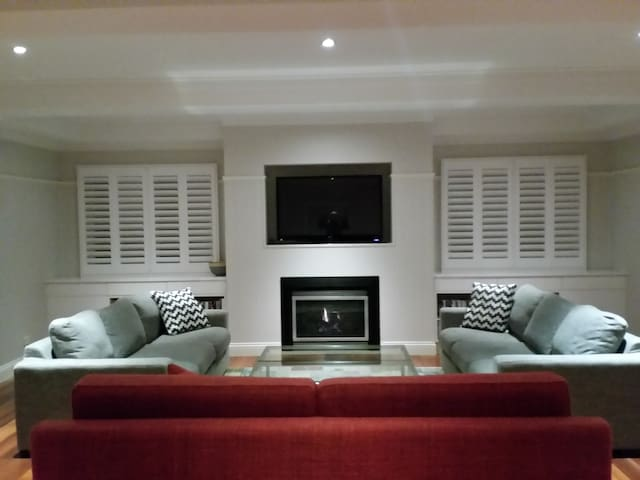 Hampton House - Entire downstairs - 10 min Airport