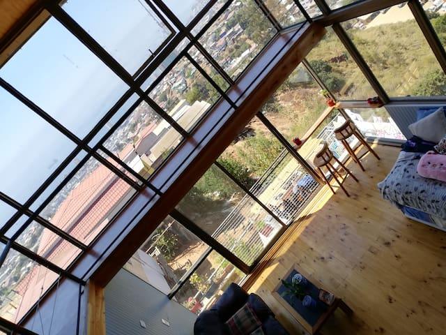 Living y comedor. Acá puedes pasar grandes momentos con un rico coctel, algo para picotear y una vista inigualable al los Cerros de Valparaíso