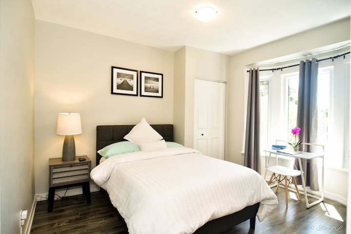 Bright & Stylish Unit ☆ 2 Min Walk to Lake Ontario