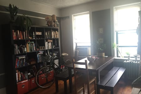 Entire Astoria Hardwood Floor 1 BR Apartment - Queens - Appartamento