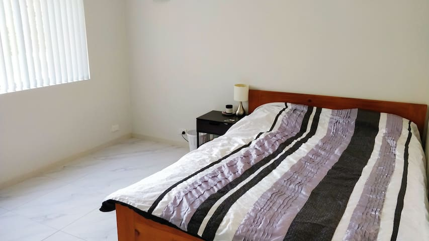 Spacious queen room close to CBD