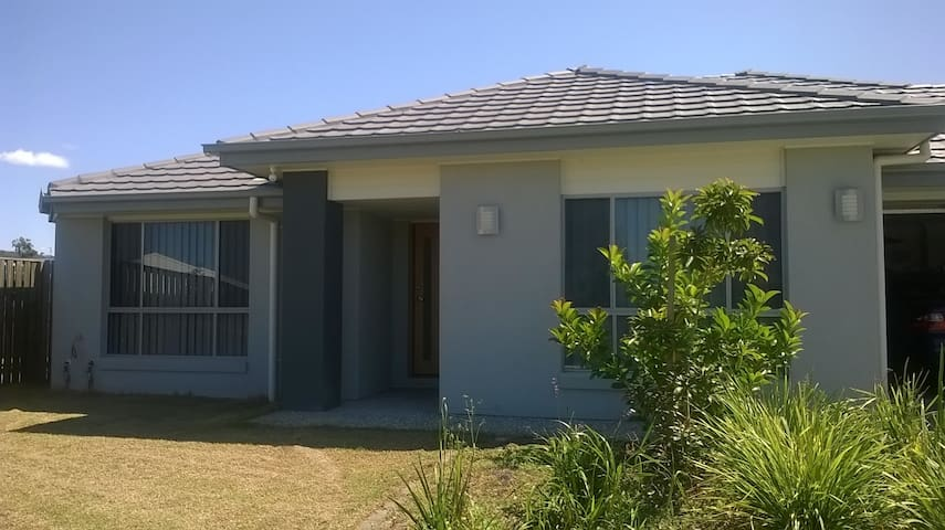 Quiet. relaxed  home close to theme parks - Upper Coomera - House