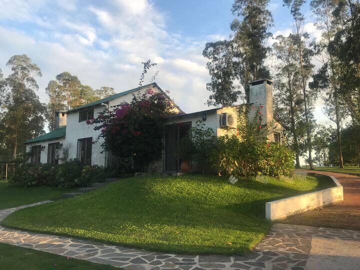 MVD Casa de campo con piscina y bosque