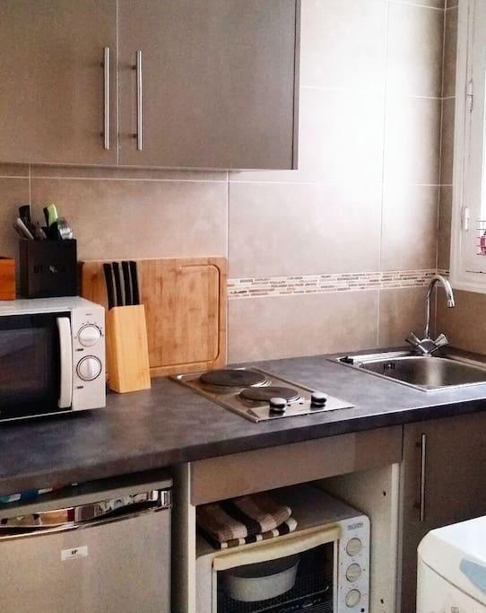 Cuisine équipée frigo, mini four, micro ondes, lave linge. Vaisselles, couverts, condiments à disposition