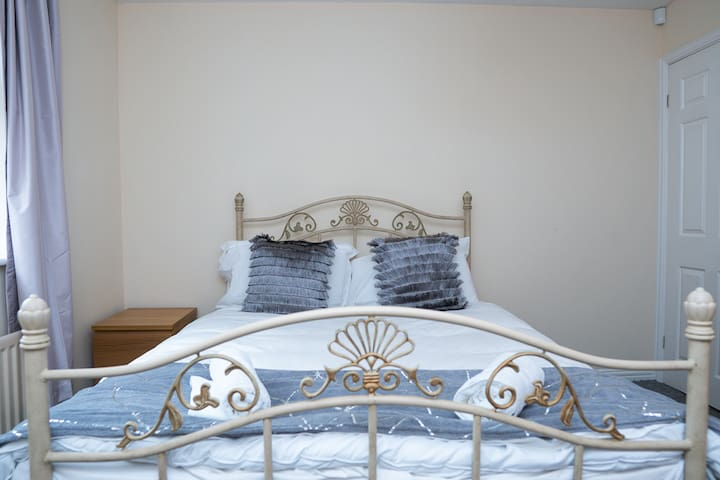 FAB SERVICED APARTMENT ON THE EDGE OF THE CITY CLOSE TO THE VIBRANT SUBURB OF JESMOND