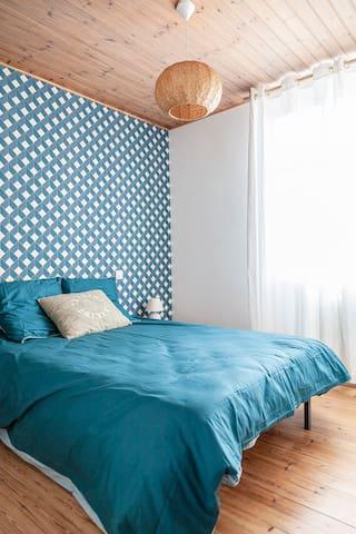 Chambre Nord accueillant un lit avec matelas mémoire de forme et dressing