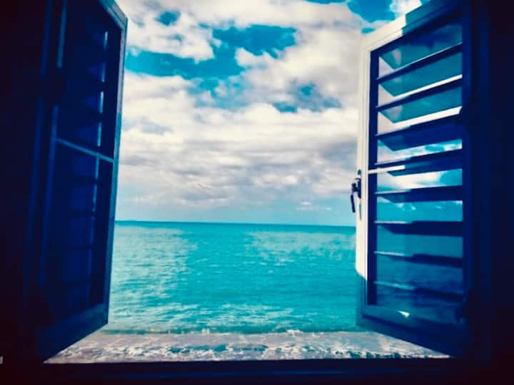 CASA TABOGA, linda casa frente al mar con playa.