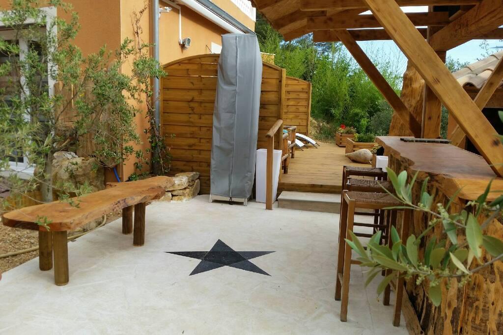 Terrasse et bar